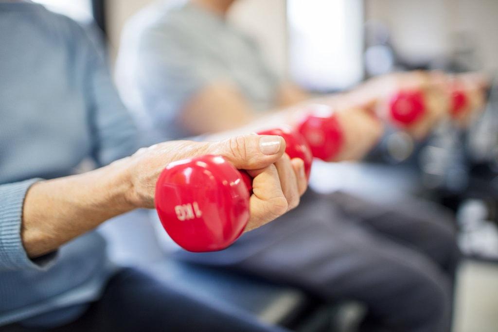 Deve ou não o idoso praticar exercício físico?